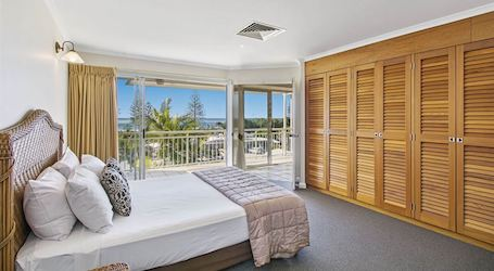 double bed bucks party accommodation airlie beach