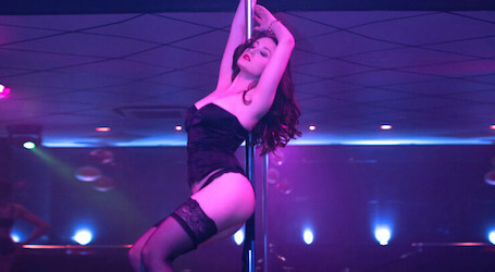 sexy gold coast stripper doing a show on the pole